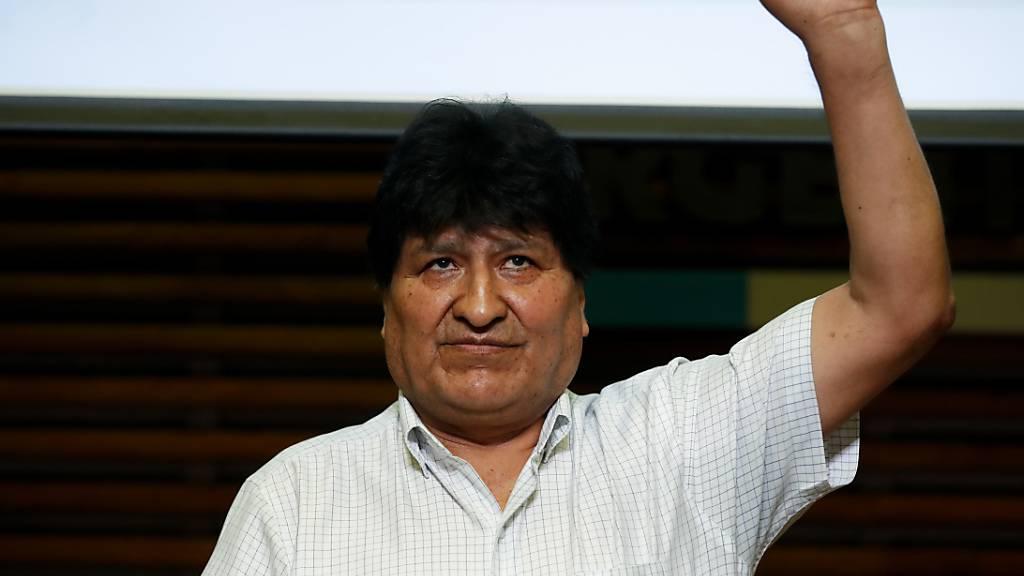 Evo Morales, ehemaliger Präsident von Bolivien, hebt nach einer Pressekonferenz in Buenos Aires am Morgen nach den Parlamentswahlen in Bolivien die Faust. Der linke Kandidat Arce, von Morales Partei, hat ersten Prognosen zufolge die Präsidentenwahl in Bolivien für sich entschieden. Foto: Natacha Pisarenko/AP/dpa