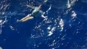 Ein Deutscher überlebt dank seiner Jeans im Meer.