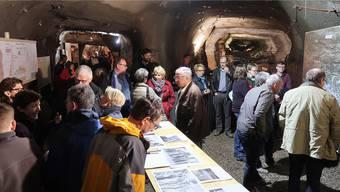 Der Bergwerkstollen als Ausstellungsraum lockte bei der Vernissage historischer Bergwerkfotos viele Interessierte an. Geri Hirt
