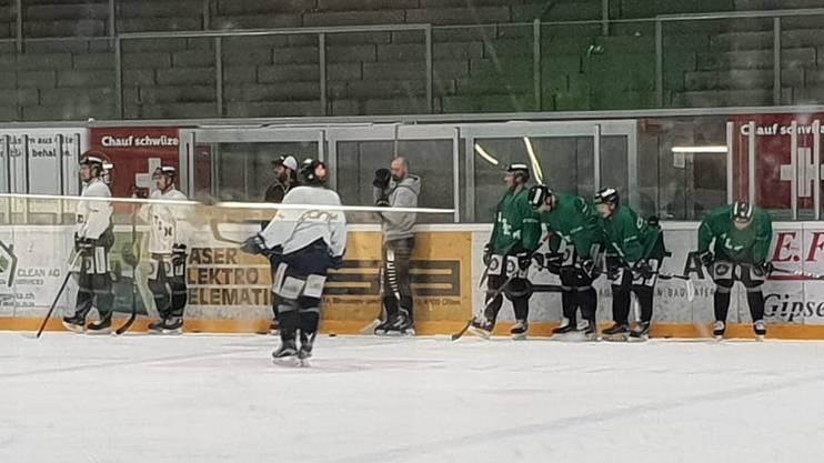 Sportchef Marc Grieder (Mitte) hilft dem Coaching-Staff auf dem Eis