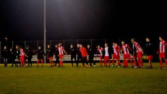 Die Spieler des FC Wallbach machen nach dem Cup-Fight die Welle mit den Fans.