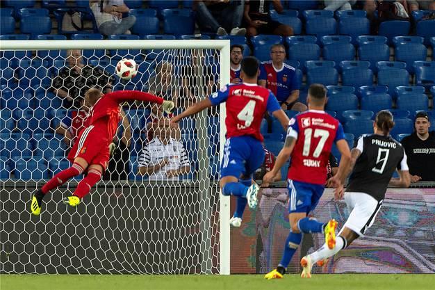 Der schweizerische-serbische Doppelbürger Aleksandar Prijovic trifft zum 2:0 für Paok Thessaloniki und beendet damit die Basler Champions-League-Träume.Keystone