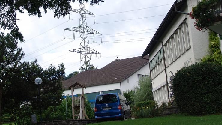 Das Schulhaus Nassenmatt (rechts) mit der Starkstromleitung Obfelden-Birmensdorf im Hintergrund.