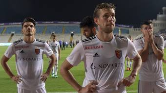 Basel's disappointed players leave the pitch after the UEFA Europa League play-off second leg match between Cyprus' Apollon Limassol FC and Switzerland's FC Basel 1893 in the GSP stadium in Nicosia, Cyprus, on Thursday, August 30, 2018. (KEYSTONE/Georgios Kefalas)