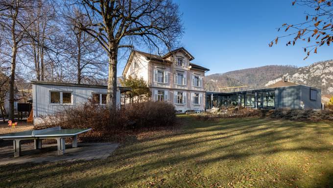 Das puzzleartig zusammengestellte Heilpädagogische Schulzentrum in Balsthal mit dem Container (links).