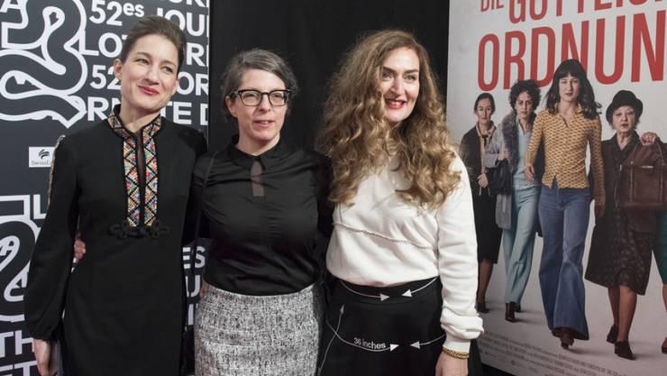 """Erste Erfolge für """"Die Göttliche Ordnung"""": Rachel Braunschweig (r) wurde am Schweizer Filmpreis für ihre Nebenrolle ausgezeichnet, Regisseurin Petra Volpe (M) für das Beste Drehbuch - auch Hauptdarstellerin Marie Leuenberger (l) könnte heute Abend noch gewinnen. (Archivbild)"""