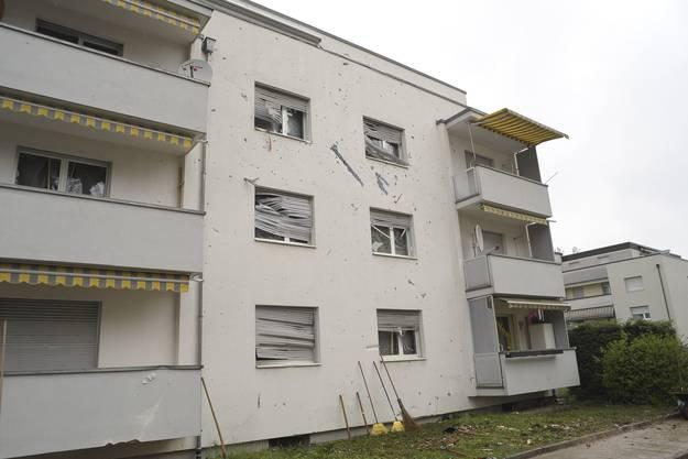 Die Explosion verursachte auch Schäden am Wohnhaus auf der gegenüberliegenden Strassenseite.