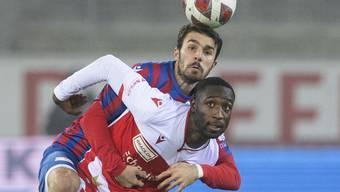 Thun setzt sich gegen Chiasso klar durch: Doppeltorschütze Gabriel Kyeremateng kommt vor Kreshnik Hajrizi an den Ball