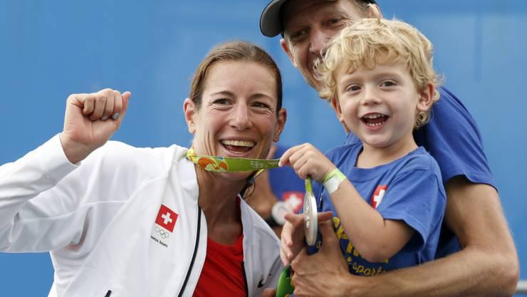 Ein starkes Team: Triathletin Nicola Spirig mit ihrem Mann Reto Hug und Sohn Yannis, der bald ein kleines Geschwisterchen bekommen wird. (Archivbild)