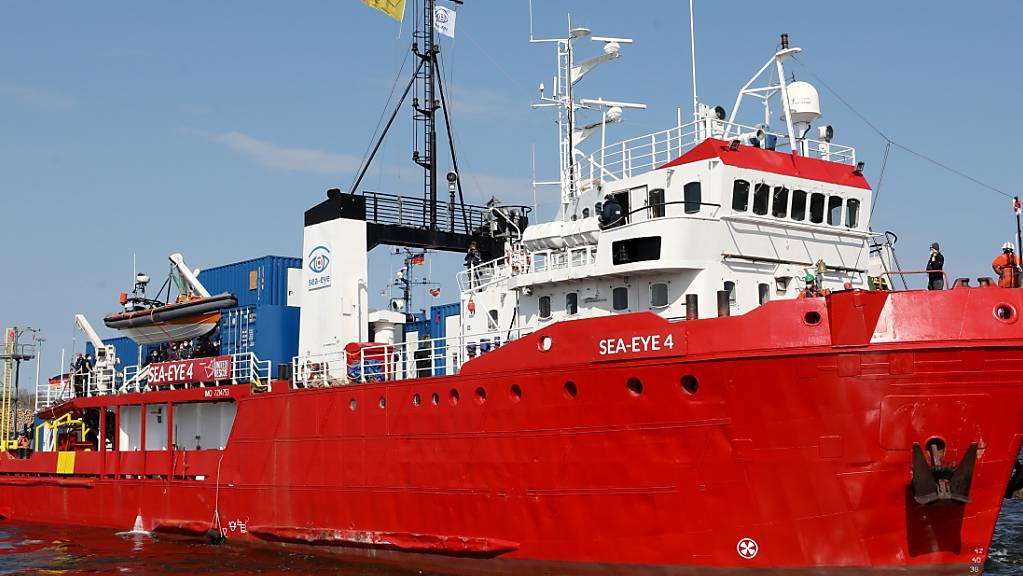 Das Seenotrettungsschiff «Sea-Eye 4» legt im Fischereihafen ab, um in Richtung Mittelmeer zu fahren. Foto: Bernd Wüstneck/dpa-Zentralbild/dpa