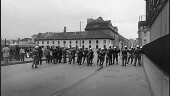 1981 - Basler AJZ Autonomes Jugendzentrum an der Hochstrasse in Basel. RŠumung am frŸhen Morgen