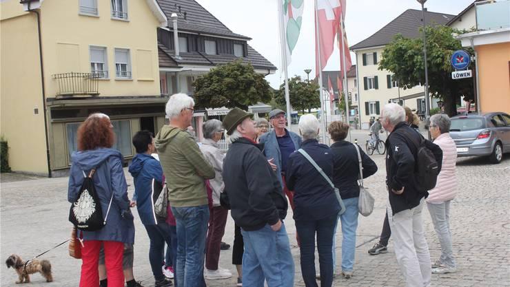 Dorfrundgang des Seniorennetzwerks Lengnau mit Hans A. Renfer.
