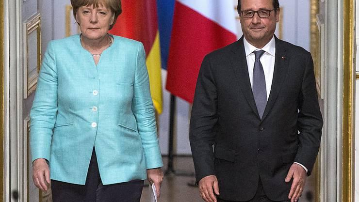 Die deutsche Kanzlerin Angela Merkel und der französische Präsident François Hollande treten in Paris vor die Medien und fordern konstruktive Vorschläge von der griechischen Regierung.