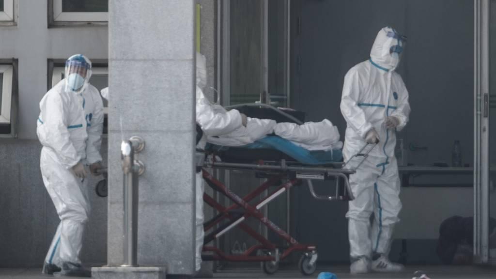 Ein an der mysteriösen Lungenkrankheit erkrankter Patient wird in ein Spital in Wuhan eingeliefert. Drei Menschen sind bisher an der Krankheit gestorben. (Foto: Stringer/EPA Keystone)