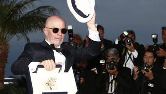 Der französische Regisseur Jacques Audiard präsentiert sich den Fotografen mit der Goldenen Palme für seinen Film 'Dheepan'