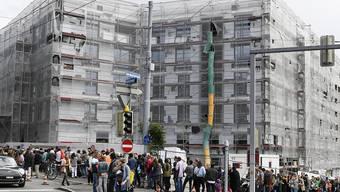 Bei der Besichtigung von Wohnungen bilden sich teilweise gigantische Schlangen von Wohnungssuchenden. Im März sind die Angebotsmieten für Wohnungen gestiegen. (Archivbild)