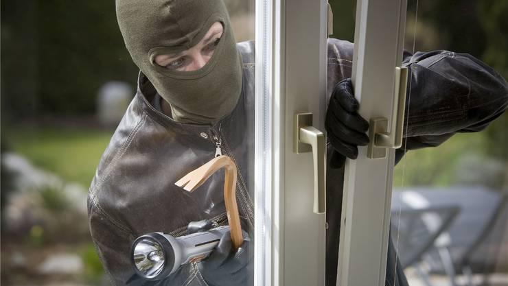 Die Kantonspolizei mahnt, Fenster und Türen zu verschliessen. (Symbolbild)