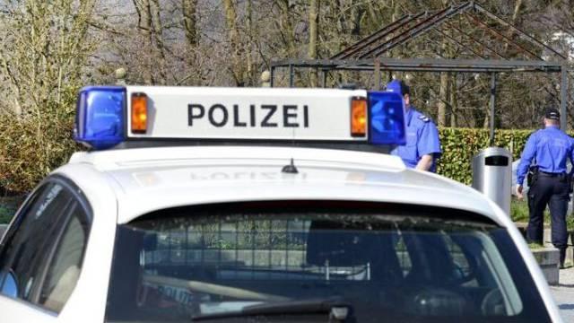 Beamte der Kantonspolizei Aargau retteten die Frau aus dem Wasser. (Symbolbild)