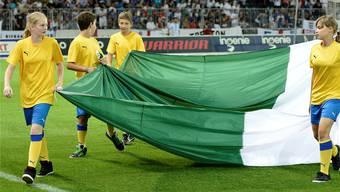 Angela Antoniazzi (links im Bild) beim Einlaufen ins Stadion.Peter Schneider/Keystone