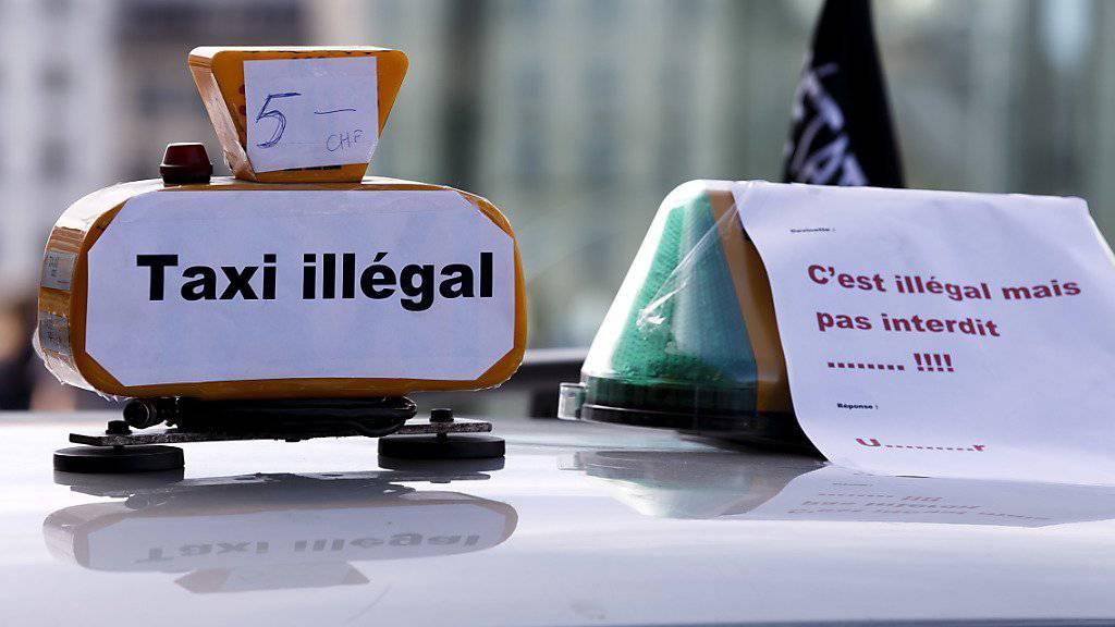 Weltweit protestierten Taxifahrer gegen den Fahrdienstvermittler Uber. Hier teilt ein Genfer Taxifahrer seinen Unmut mit.