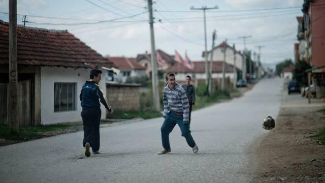 Für sie kommt die Fussball-WM 2014 in Brasilien noch zu früh: Kinder auf der Strasse von Zheger, dem Geburtsort von Xherdan Shaqiri. Foto: Emanuel Per Freudiger