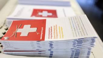 Ab 1. Juni können Rumänen und Bulgaren im Rahmen des freien Personenverkehrs ohne Beschränkung in die Schweiz ziehen. Im Bild Informationsbroschüren in Graubünden für neu Zugezogene. (Archivbild)