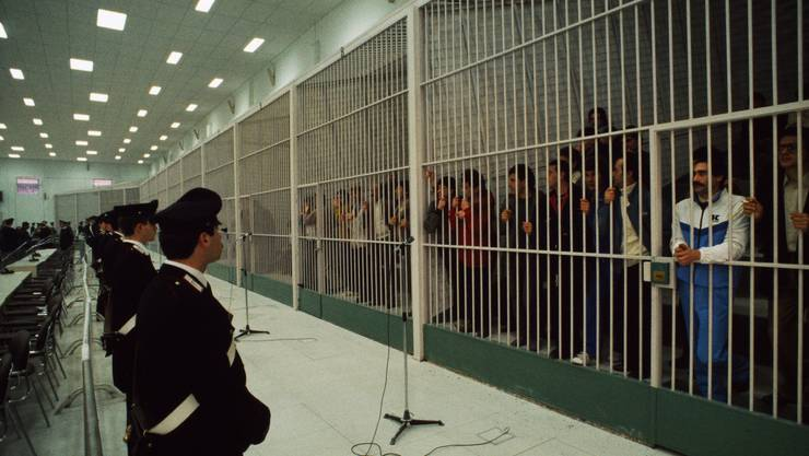 Lebenslänglich hinter Gittern: Mafia-Mitglieder vor einem Prozess in Neapel. Bild: Getty Images (Neapel, 7. Februar 1985)
