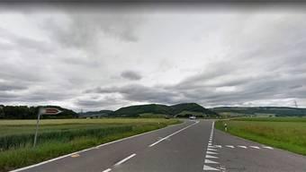 Von Stilli kommend (vorne rechts) bog Therese rechts in die Ortsverbindungsstrasse ein. Bei der Abzweigung im Hintergrund kam es zur Kollision.