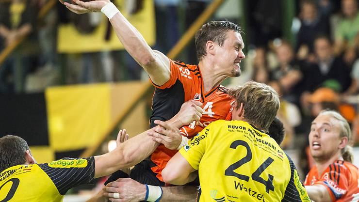 Peter Kukucka (mitte) in Aktion während des letzten Playoff-Finals gegen St. Otmar St. Gallen