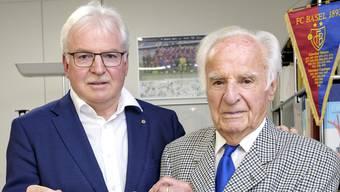 Man bleibt unter sich: Der frühere FC-Basel-Mannschaftsarzt Walter Marti (r.) mit Sohn Felix Marti, der nicht nur seine Praxis übernahm, sondern auch seine Position beim FCB.