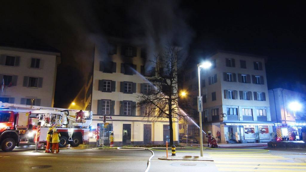 Die Feuerwehr bekämpft den Brand in einer Wohnung in Glarus.