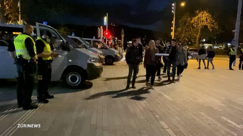 Massive Polizeipräsenz angesichts Menschenmassen am Zürcher Seebecken