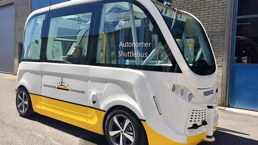 Ohne Chauffeur vom Neuhauser Ortskern zum Rheinfall und zurück: Die Schaffhauser Verkehrsbetriebe testen einen selbstfahrenden Bus.