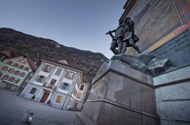 Auf der Zugfahrt von Altdorf mit dem berühmten Tell-Denkmal beim Rathaus ...