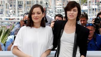 Schauen immer gut aus – egal, was sie tragen: Die Pariserinnen Marion Cotillard (links) und Charlotte Gainsbourg am diesjährigen Filmfestival in Cannes. Reuters