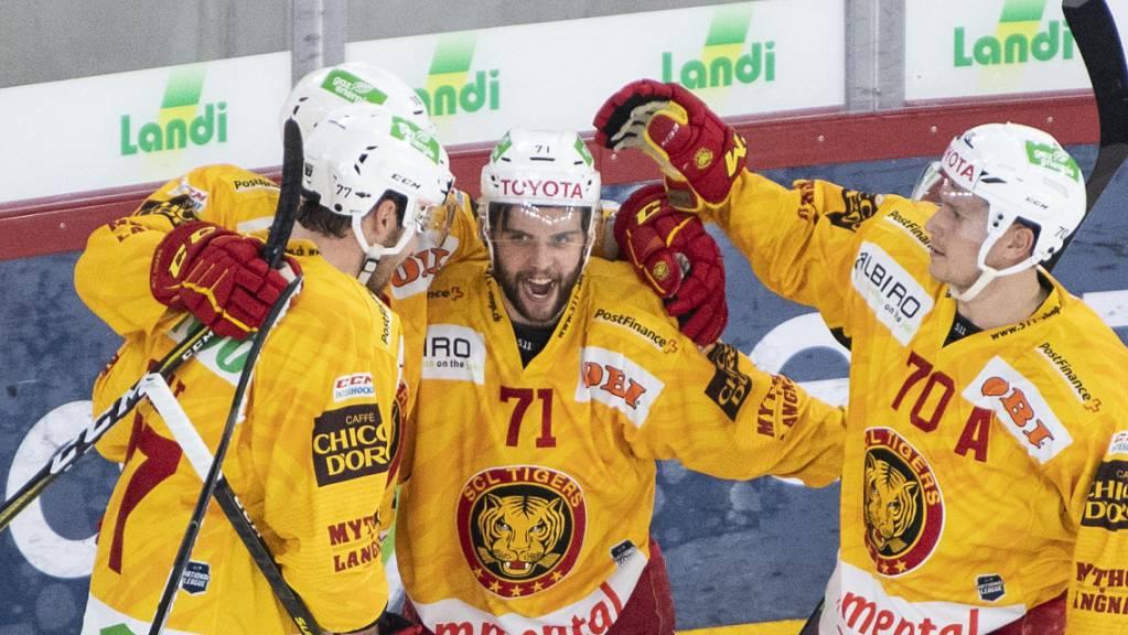 Die Tigers freuen sich über den klaren Sieg in Biel