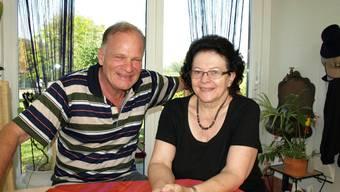 Die Rentner Margrit und Erich Gschwend zogen vor fünf Jahren vom Kanton Zürich nach Schwaderloch.  HUG
