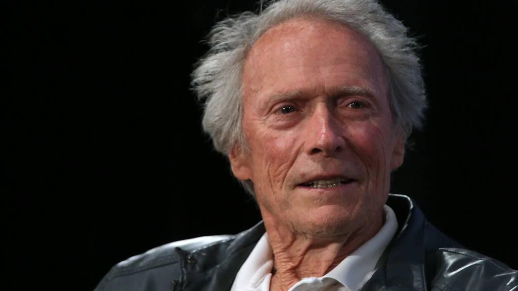 Der Oscar-Preisträger Clint Eastwood wird für das Filmstudio Warner Bros. erneut Regie führen.