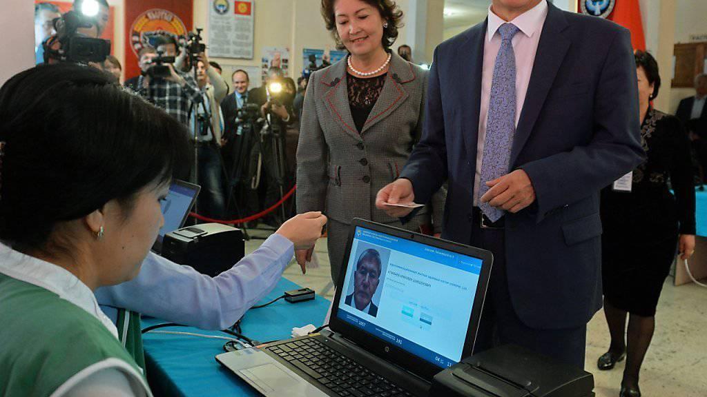 Der kirgisische Präsident Almasbek Atambajew hat gut lachen: Seine Partei bleibt nach den Parlamentswahlen die stärkste Kraft.