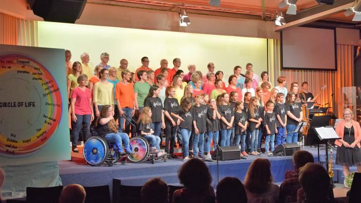 Vindonissa Singers und Jugendchor gemeinsam auf der Bühne.