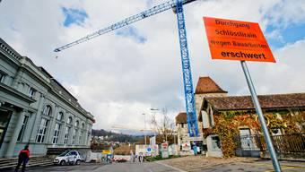 40000 Franken spart das Parlament, indem es bei der Erneuerung des Schlossplatzes auf den Colorasphalt verzichtet.