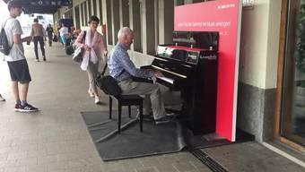 Ein Besucher aus Speicher (AR) fackelt nicht lange und greift in die Tasten. Nach dem Spielen steht ihm die Freude in Gesicht geschrieben: «Es ist ein tolles Klavier, das gut gestimmt ist und einen tollen Anschlag hat.»