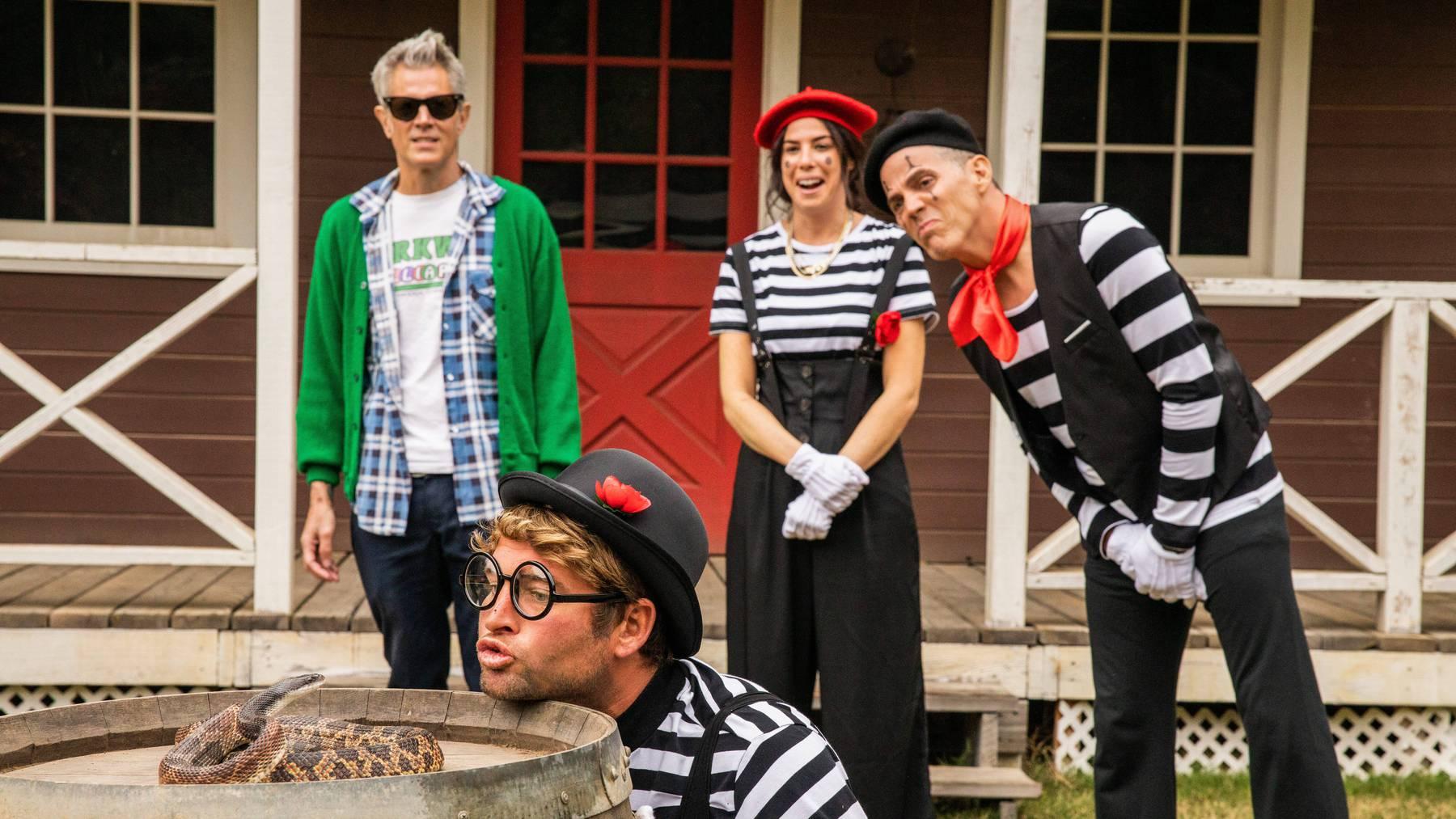 Leicht älter aber noch kein bisschen schlauer: Die «Jackass»-Crew ist sich für einen Blödsinn zu schade.