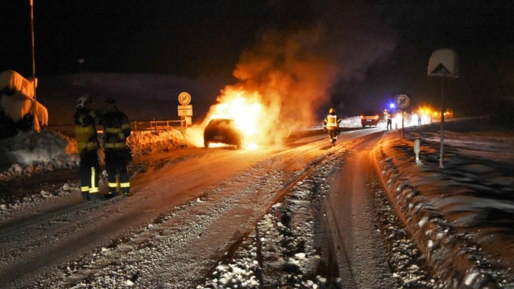 Ein Auto ist am späten Freitagabend in Niederuzwil SG durch einen Brand vollständig zerstört worden. Der Lenker blieb unverletzt.