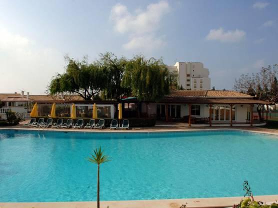 """Der Pool des """"Ocean Clubs"""" im portugiesischen Praia da Luz, in dem die britische Familie McCann 2007 Urlaub machte. Nun steht ein 43 Jahre alter Deutscher unter Mordverdacht."""