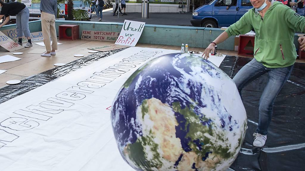 «Weil wir nur eine Erde haben.» Die Jungen Grünen haben in Bern ihre Umweltinitiative vorgestellt.