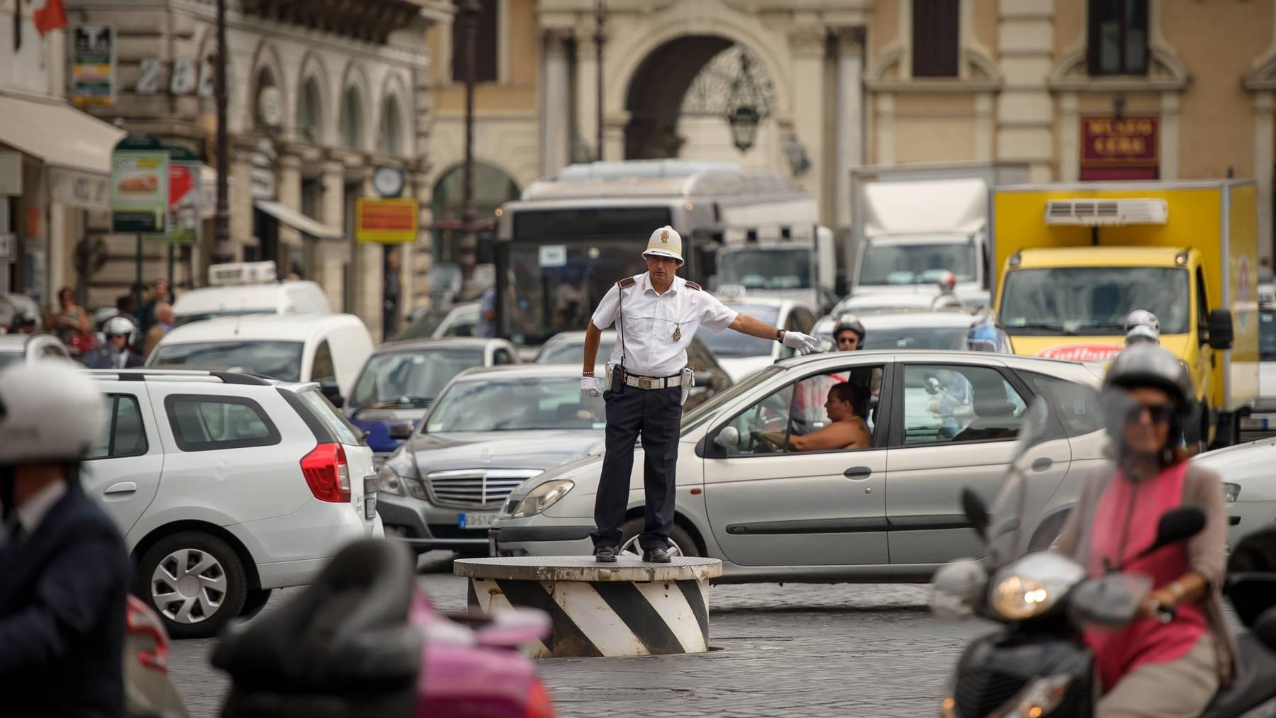 Autofahren in Rom ist ziemlich kompliziert. (Archiv)