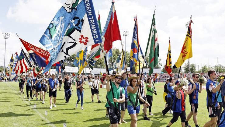 Die Fähnriche aller Vereine bei ihrem Auftritt an der gestrigen Schlussfeier des Eidgenössischen Turnfests in Aarau.