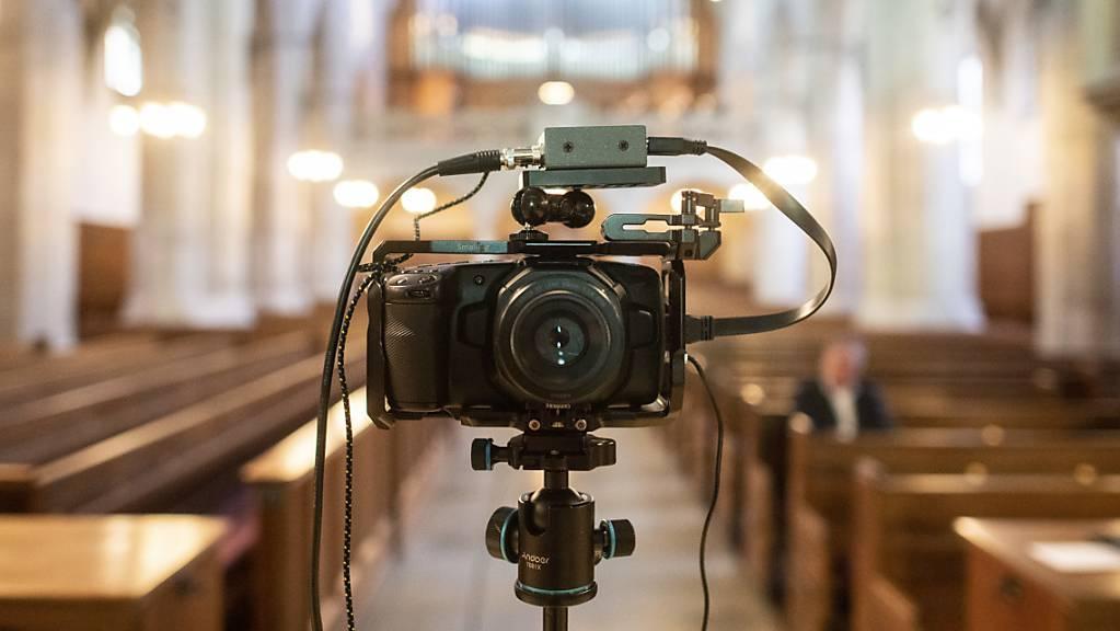 Eine Kamera für einen Live-Stream-Gottesdienst in der Kirche Fraumünster in Zürich. (Symbolbild)