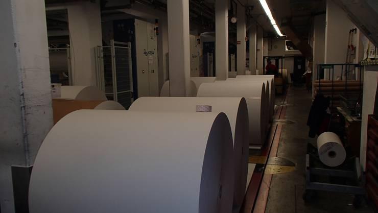 Das Papier für die Jubiläumsbeilage liegt vorbereitet vor der Druckmaschine.